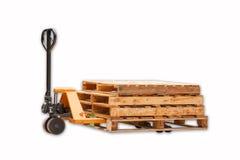 Штабелеукладчик тележки паллета вилки с стогом деревянных паллетов Стоковые Фото