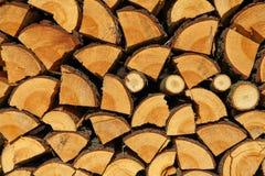 Штабелированная прерванная древесина на зима или конструкция как предпосылка Стоковые Фото