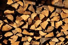 Штабелированная прерванная древесина подготовленная на зима Стоковая Фотография