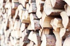 Штабелированная прерванная древесина для зимы или конструкции Стоковые Изображения RF