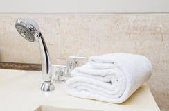 Штабелированные белые полотенца курорта Стоковая Фотография