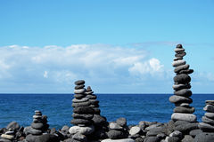 Штабелированные каменные пирамиды на пляже Стоковое Изображение RF