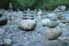 Штабелированные камни на русле реки Стоковые Фотографии RF