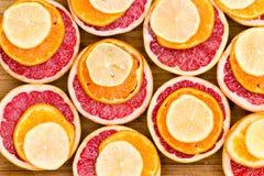 Штабелированные красные куски грейпфрута, апельсина и лимона Стоковые Фотографии RF