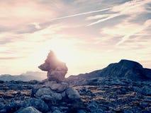 Штабелированные острые камни на следе Тяжелый белый стог камешков на скалистой земле горы Стоковое Фото