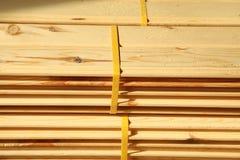 Штабелированные паллеты пиломатериала конструкции Стоковая Фотография