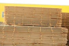 Штабелированные паллеты пиломатериала конструкции Стоковое Изображение
