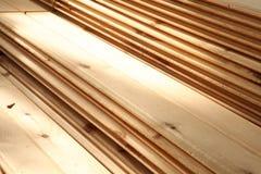 Штабелированные паллеты пиломатериала конструкции Стоковая Фотография RF