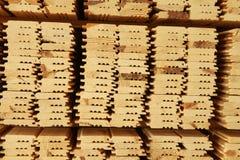 Штабелированные паллеты пиломатериала конструкции Стоковое Фото