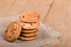 Штабелированные печенья на белье Стоковые Фотографии RF