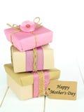 Штабелированные подарки с счастливой биркой Дня матери Стоковые Фотографии RF