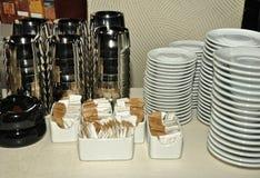 Штабелированные плиты и ashtrays Стоковые Изображения RF