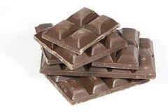 Штабелированный сломанный сляб темных квадратов шоколада Стоковые Изображения RF