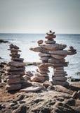 2 штабелированных каменных пирамиды из камней Стоковые Изображения RF