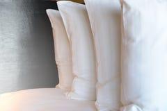 Штабелировать белых подушек на кровати Стоковое фото RF