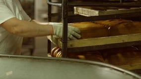 Штабелировать хлеба на полках сток-видео