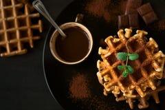 Штабелируйте какао бельгийских waffles замороженное с листьями мяты o соуса шоколада украшенными Стоковая Фотография
