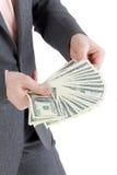 Штабелируйте кредитки 100 долларов в мужских руках Стоковое Изображение RF