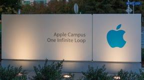 Штабы Яблока на бесконечном цикле в Cupertino Стоковые Изображения