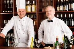 Штанга вина ресторана кашевара и кельнера шеф-повара Стоковое Изображение RF