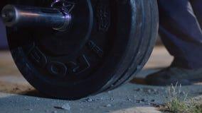 Штанга для конкуренций powerlifter спортсмена deadlift и ноги в powerlifting Молодой спортсмен получая готовый для веса стоковая фотография rf