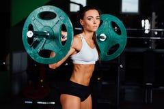 Штанга красивой женщины фитнеса поднимаясь стоковая фотография rf