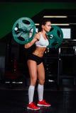 Штанга красивой женщины фитнеса поднимаясь стоковые изображения