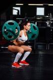 Штанга красивой женщины фитнеса поднимаясь стоковое фото rf