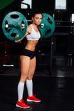 Штанга красивой женщины фитнеса поднимаясь стоковое изображение rf