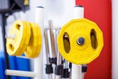 Штанга с весами в спортзале Стоковые Изображения RF