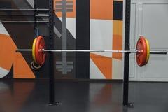 Штанга с весами в спортзале Свободное copyspace стоковые изображения rf