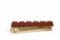 Штанга шоколада в фольге изолированной на белизне. Стоковые Изображения