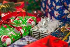 Штапель подарков в различных бумагах стоковое фото
