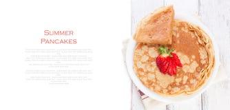 Штапель блинчиков или crepes дрожжей пшеницы золотых, традиционный на русская неделя блинчика, с свежей клубникой на деревянном с стоковая фотография