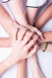 Штапель рук на таблице стоковое изображение