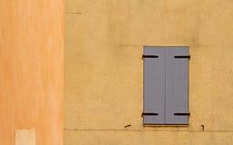 Штарка на цветастой стене. Провансаль. стоковые фотографии rf