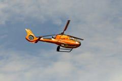 Штатское летание вертолета в небе Стоковые Изображения RF