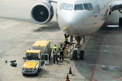 Штат авиапорта работая на самолете Аэрофлота на столице Пекина стоковое изображение