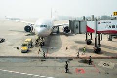 Штат авиапорта работая на самолете Аэрофлота на столице Пекина стоковые фото