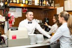 Штат бара работая на баре Стоковое фото RF
