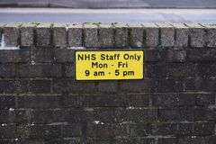 Штат больницы NHS паркуя только космосы автомобиля на работе стоковое фото