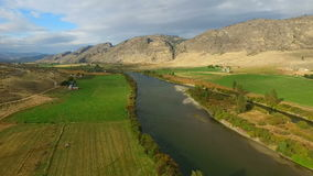 Штат Вашингтон гористых местностей реки Okanogan предгорья обрабатываемой земли Omak сток-видео