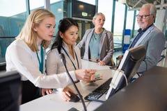 Штат используя компьютер совместно пока пассажиры ждать в Airpor Стоковое Фото