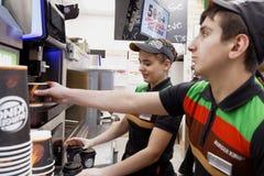 Штат ресторана Burger King подготавливая кофе стоковая фотография rf