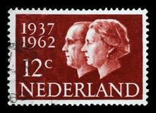 Штемпель напечатанный в Нидерландах показывает портреты ферзя Juliana и принца Бернхарда стоковые изображения
