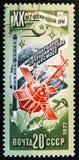 штемпель напечатанный в СССР показывает космический корабль, около 1977 Стоковое Фото