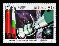 Штемпель почтового сбора Кубы показывает спутник Bolgarian премьер-министра в космосе, 1979, и флагах, около 1984 Стоковое фото RF