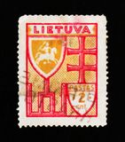 Штемпель почтового сбора Литвы показывает крест, экран и всадника на лошади, около 1934 Стоковые Фотографии RF