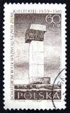 Штемпель почтового сбора Польши показывает памятник к героям высвобождения земли Kielce, мемориала Kielce, около 1965 Стоковое Фото