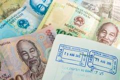 Штемпель пасспорта визы от Вьетнама и въетнамских денег (Дун) Стоковое Изображение